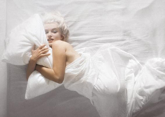marilynmonroe1961-dormire-bene-scegliere-cuscino-cervicale-portare-in-vacan