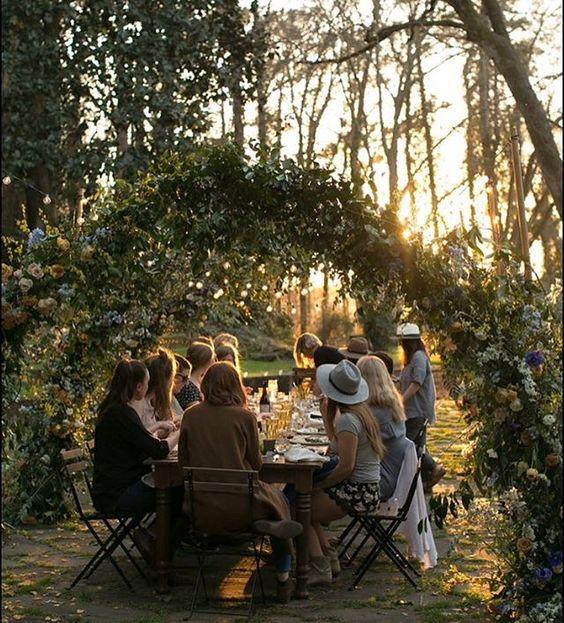 amici-autunno-mangiare-bacnhettare-tavolo-rettangolare