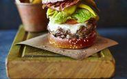 come-mangiare-hamburger-educatemente-mani-ristorante