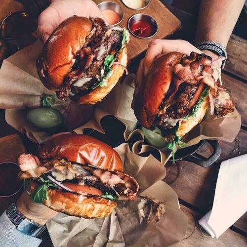 mangiare-hamburger-mani-ripieno-galateo-educatamente