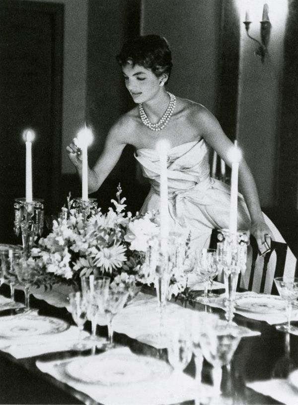 tavola-formale-preparare-ricevere-far-accomodare-tavolo-rettangolare-lungo