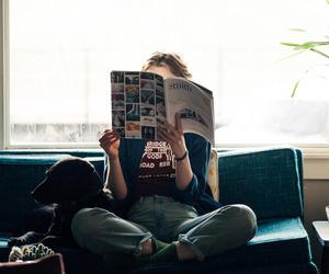 camicia-dentro-fuori-come-metterla - per foto- jeans-dentro-fuori-oversize caffè fiori giornali