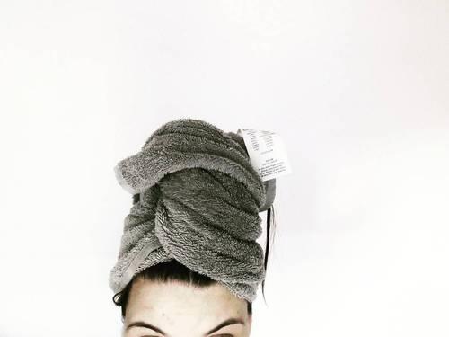 capelli-bagnati-estate-invecchiare-maggio- fiori-pioggia-asciugamano-turbante