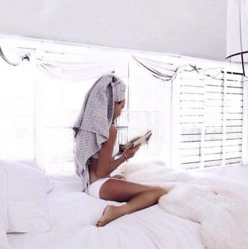 capelli-bagnati-estate-invecchiare-maggio- fiori-pioggia-asciugamanostare sul letto