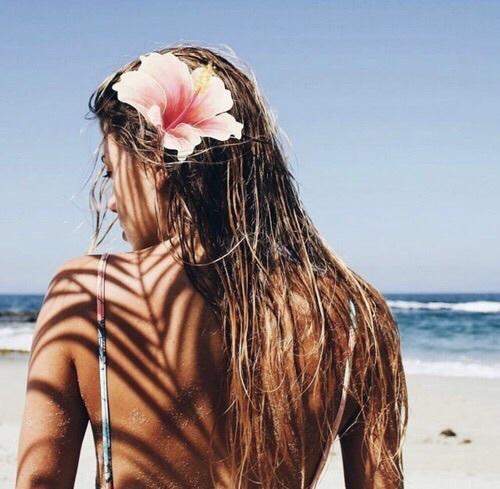 capelli-bagnati-estate-invecchiare-maggio- fiori