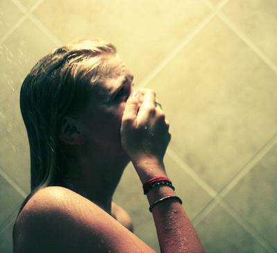 triste-brutte-giornate-doccia-lavarsi-cattivo-umore-bagno-dosso-levarsi-doccia
