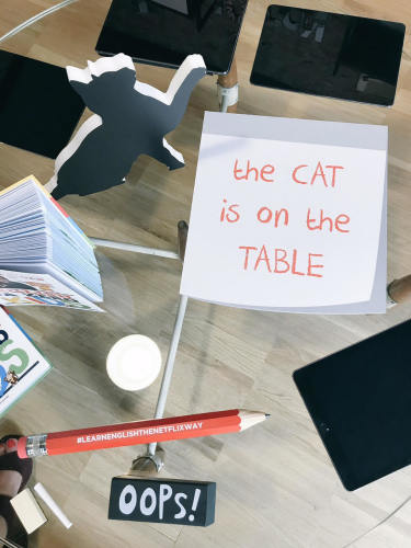 imparare-inglese-piccoli-tv-netflix-english-british-quali-cartoni-programmi (1) the cat is on the table