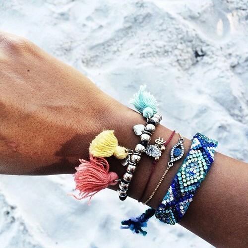hippie-stile-come-vestirsi-spiaggia-liberta-vacanza- relax- braccialetti