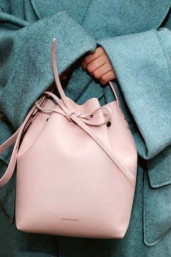moda-secchiello-borsa-comoda-quando-metterla-trend-2017-2018-autunno-inverno rosa