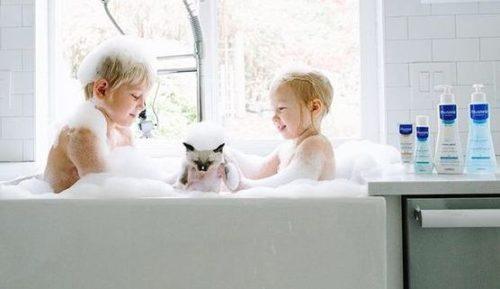 baby - skin-care- letto-mustela-prodotti-indispenabili-pelle inverno accappatotio bagno