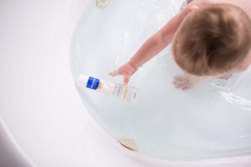 baby - skin-care- letto-mustela-prodotti-indispenabili-pelle inverno accappatotio bagno mustela